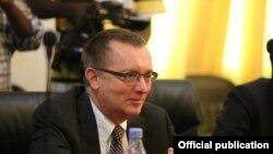 Le Secrétaire général adjoint des Nations Unies aux Affaires politiques, Jeffrey Feltman lors d'une visite à Mogadiscio, Somalie, 3 février 2016.