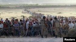 Suruc'ta sınırda Türkiye'ye giriş yapmaya çalışan Suriyeli sığınmacılar
