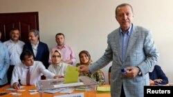 Turkiya bosh vaziri Rajab Toyib Erdog'an prezident saylovlarida ovoz bermoqda, Istanbul, 10-avgust, 2014-yil