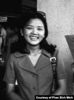 អ្នកស្រី Phan Binh Minh ដែលបានធ្វើការឱ្យទីភ្នាក់ងារព័ត៌មានវៀតណាមនៅវៀតណាមខាងត្បូង បានឆ្លងកាត់ការដួលរលំនៃរដ្ឋាភិបាលក្រុងព្រៃនគរ។ រូបថតនេះ ថតនៅឆ្នាំ១៩៧៤។