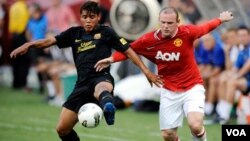 Wayne Rooney (desno), Manchester United, i Jonathan dos Santos, FC Barcelona, World Football Challenge 2011 (Landover, Maryland)