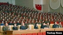 북한 김정은 국방위원회 제1위원장(오른쪽 네번째)이 부인 리설주와 함께 조선인민내무군 협주단의 공연을 관람했다고 북한 노동신문이 13일 전했다. 이 자리에 장정남 신임 인민무력부장(오른쪽 첫번째)도 함께했다.