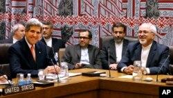 Menlu AS John Kerry (kiri) dan Menlu Iran Mohammad Javad Zarif (kanan) bertemu di sela-sela sidang Majelis Umum PBB di New York, Kamis (26/9).