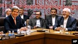 Amerika Dışişleri Bakanı John Kerry, solda ve İran Dışişleri Bakanı Cevat Zarif, sağda