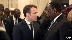 Le président français Emmanuel Macron, à gauche, s'entretient avec le président sénégalais Macky Sall lors d'une réunion à Dakar le 2 février 2018
