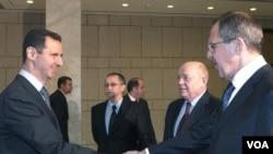 Presiden Suriah Bashar al-Assad (kiri) berjabat tangan dengan Menlu Rusia, Sergei Lavrov disaksikan Kepala Intejijen Rusia, Mikhail Fradkov (kedua dari kanan) di Damaskus (7/2).