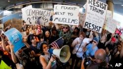 Aeropuerto Internacional de Los Ángeles. Manifestantes se reúnen en las afueras de la terminal internacional de Tom Bradley, mientras las protestan contra la orden ejecutiva del presidente Donald Trump.