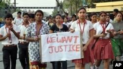 Siswa sekolah Convent of Jesus and Mary School berunjuk rasa memprotes perkosaan sekelompok orang atas seorang biarawati berusia sekitar 70 tahun di Ranaghat, Benggal Barat, India Timur (14/3).