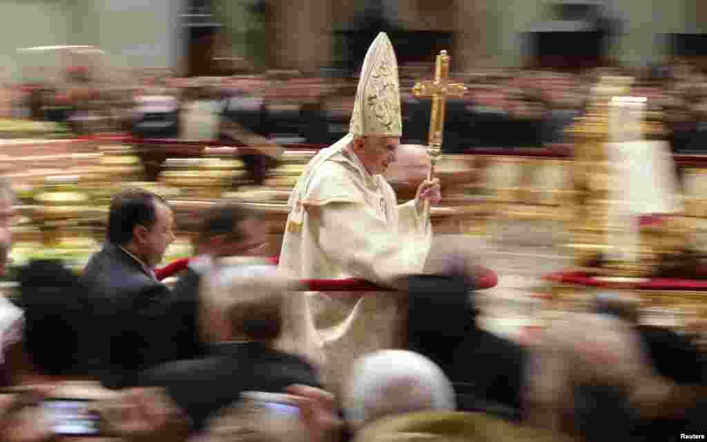 Папа Бенедикт XVI покидает площадь Святого Петра по окончании мессы