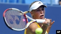 Petenis Denmark Caroline Wozniacki berhasil mengalahkan Dominika Cibulkova dari Slovakia 6-2, 6-1 (23/8).
