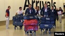 Integrantes del equipo olímpico de Italia cuando llegaban al aeropuerto de Heathrow, en la capital británica.