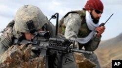 美軍中尉和阿富汗翻譯在山脊觀察敵情9資料照片)