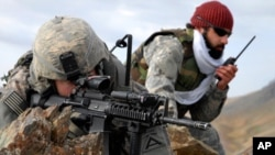 美军中尉和阿富汗翻译在山脊观察敌情