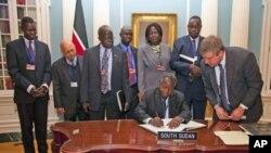 آئی ایم ایف کا نیا رکن بننےکےلیےجنوبی سوڈان کے وزیر خزانہ امریکی محکمہ خارجہ، واشنگٹن میں ایک معاہدے پر دستخط کرتے ہوئے
