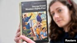 倫敦一家書店女職員手持英國作家喬治·奧威爾著作《1984》(路透社 2013年6月9日)