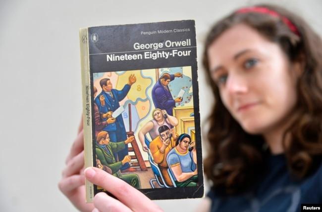 倫敦一家書店女職員手持英國作家喬治·奧威爾著作《1984》。 描寫集權政府對個人監控無所不在的名著《1984》於1949年6月8日出版,在2013年重回暢銷書排行榜。 (2013年6月9日)
