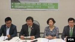 台灣醫師工會聯合會與民進黨立委召開國際記者會。(美國之音張永泰攝)