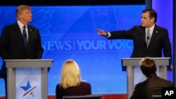Ted Cruz (kanan) menunjuk ke arah Donald Trump dalam acara debat kandidat Capres partai Republik di St. Anselm College , Manchester, New Hampshire 6 Februari lalu (foto: dok).