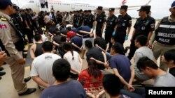 台灣和中國大陸涉嫌電信網絡詐騙的嫌疑犯,在柬埔寨機場受到警方監視,準備押送到中國。