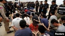 中國警察在金邊國際機場接收柬埔寨警方遣返中國的台灣籍和大陸籍涉嫌電信詐騙的嫌疑人。(2016年6月24日)