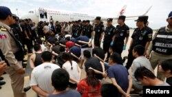 Tư liệu - Những người Đài Loan và Trung Quốc bị tình gnhi lừa đảo viễn thông chờ bị trục xuất về Trung Quốc tại Sân bay Quốc tế Phnom Penh, ngày 24 tháng 6, 2016.