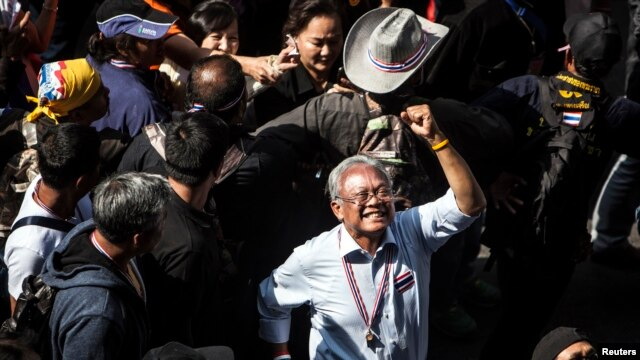 Protest leader Suthep Thaugsuban gestures as he leads anti-government protesters marching through Bangkok's financial district, Jan. 23, 2014.