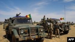 Des véhicules de l'armée malienne lors d'une opération de coordination tactique 'Hawbi' au centre du Mali, dans la zone frontalière avec le Burkina Faso et le Niger, 1er novembre 2017.