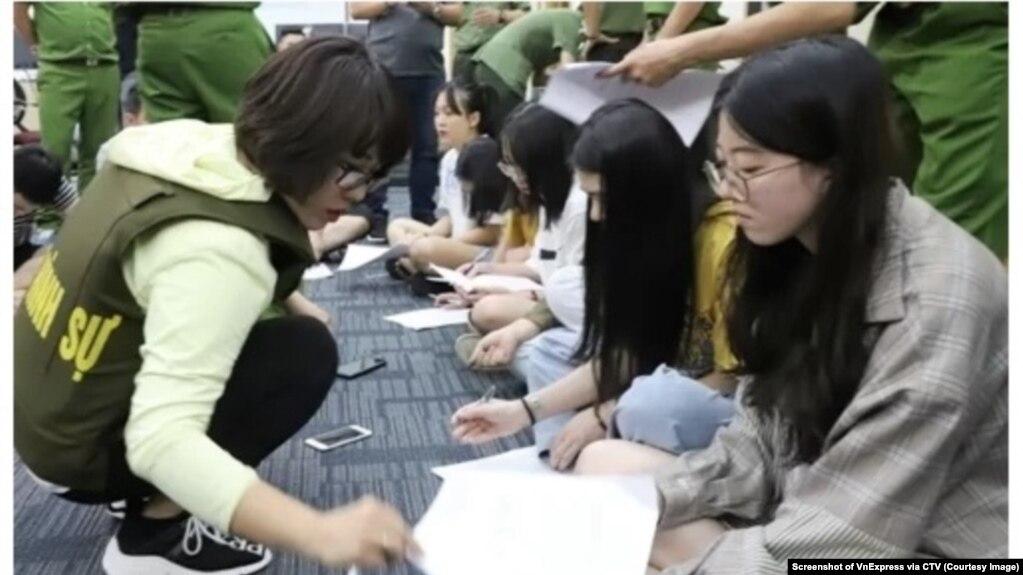 Những người Trung Quốc bị bắt do tham gia đánh bạc công nghệ cao ở Hải Phòng sau đó được trao trả về nước qua cửa khẩu Lạng Sơn hôm 1/8/2019. Nhiều người Việt lo ngại hiệp định dẫn độ ký với Trung Quốc sẽ làm gia tăng tội phạm ở Việt Nam. (Ảnh CTV chụp từ màn hình của VnExpress)