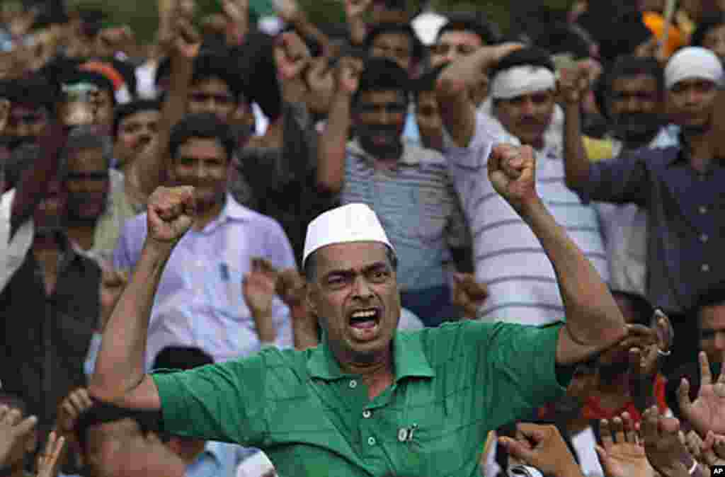 A supporter of veteran Indian social activist Anna Hazare shouts anti-government slogans as he waits for Hazare to leave Tihar jail in New Delhi August 17, 2011. Hazare fasted in Tihar jail on Wednesday after refusing a police release order, a stand-off t