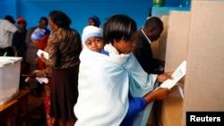 4일 케냐에서 대통령 선거가 치러진 가운데, 가툰두 마을에서 투표하는 유권자들.