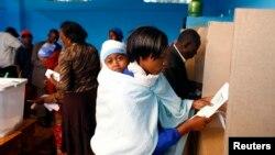 Une femme vote dans un bureau dans la ville de Gatundu, au Kenya, le 4 mars 2013.