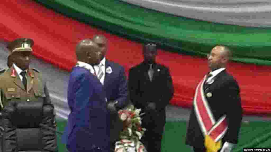 Le président burundais réélu Pierre Nkurunziza salue le président de la Cour suprême auprès de laquelle il vient de prêter serment à Bujumbura, Burundi, 20 aout 2015