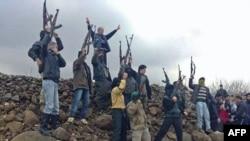 Binh sĩ đào ngũ Syria và dân Syria trong cuộc biểu tình chống Tổng thống Bashar al-Assad tại Kafranbel, ngày 29/1/2012