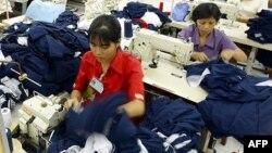 Công nhân tại một nhà máy ở Việt Nam.