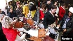 Gužve u prodavnicama nakon praznika Dana zahvalnosti (arhivski snimak)