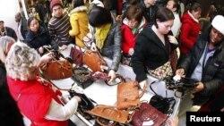Para pelanggan memadati bagian penjualan tas di toko Macy's di New York pada hari Thankgiving.