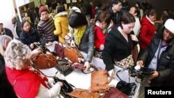Millones de estadounidenses invadieron las tiendas tras disfrutar el feriado del Día de Acción de Gracias.
