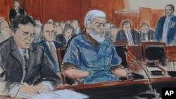 在這種法庭繪畫中,被控從事恐怖主義活動的激進穆斯林教士阿布‧哈馬扎‧馬斯里(中)在辯護律師陪伴下在紐約曼哈頓聯邦法庭露面。(2012年10月9日)