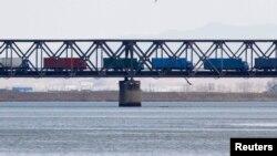 중국 단둥에서 압록강을 건너 북한 신의주로 향하는 화물차 행렬. (자료사진)