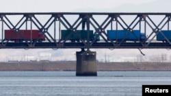 지난 4월 중국 단둥에서 북한으로 갈 화물을 실은 차량들이 세관을 통과한 후 압록강을 건너 북한 신의주로 향하고 있다. (자료사진)