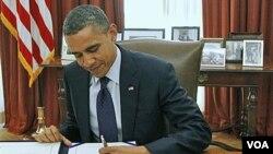 Presiden AS Barack Obama menandatangani UU perpanjangan pemotongan pajak pendapatan bagi para pekerja AS (23/12).