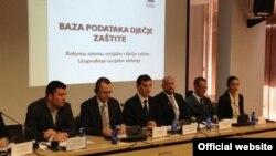 Crnogorski ministar rada i socijalnog staranja Predrag Bošković (C) predstavlja projekat baze podataka o dečjoj zaštiti (Biro)