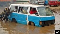 O drama de Luanda, como se vê nesta foto de arquivo do Kazenga, ou é a falta de água ou o seu excesso.