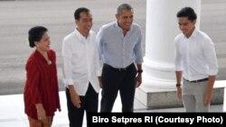 Presiden Joko Widodo dan Ibu Negara Iriana menyambut hangat kedatangan mantan Presiden AS Barack Obama di Istana Bogor, Jumat (30/6). (Photo Courtessy: Biro Setpres RI)