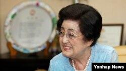 30일 서울 마포구 동교동 자택을 방문한 한국 의원들과 환담하고 있는 고 김대중 전 대통령의 부인 이희호 여사. (자료사진)