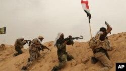 اعضای گروه شبه نظامی شیعه «سپاه بدر» در حال جنگیدن با پیکارجویان داعش در اطراف فلوجه - آرشیو