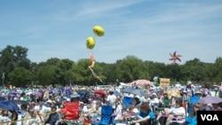 女童军及家人参加百年庆祝活动 美国之音图片/Grace Wang拍摄
