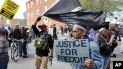 Warga berkumpul di luar kantor polisi distrik Barat Baltimore, AS, sebelum berdemonstrasi untuk Freddie Gray (25/4). (AP/Patrick Semansky)