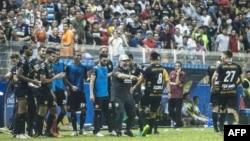 Diego Maradona (tengah) merayakan kemenangan bersama tim asuhannya dalam pertandingan pertamanya sebagai pelatih klub divisi dua, Dorados. Dorados menang 4-1 melawan Cafetaleros di Stadion Banorte di Culiacan, negara bagian Sinaloa, Meksiko, 17 September 2018.