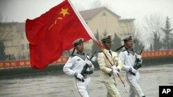 中国军人行进在北海舰队训练营地